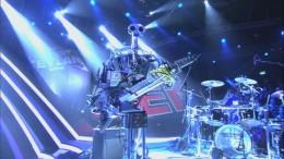 Un par de Robots tocando algo de AC/DC